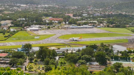 luxo : Legazpi, Philippines - January 5, 2018: Takeoff of the plane at the airport of Legazpi.