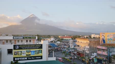 alanlar : LEGAZPI, PHILIPPINES - JANUARY 5, 2018: Panorama of the city center of Legazpi with Mayon volcano. Stok Video