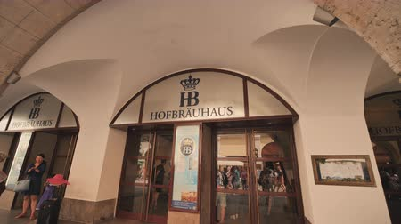Октоберфест : Munich, Germany - August 5, 2018: Interior of famous Hofbrauhaus pub in Munich. Hofbrauhaus is a biggest brewery and beer pub owned by the Bavarian state government in Munich, Bavaria, Germany, Europe.