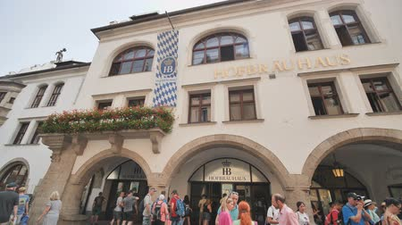 Октоберфест : Munich, Germany - August 5, 2018: The Hofbraeuhaus in the historic city center of munich Стоковые видеозаписи