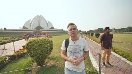 equal : Delhi, India - November 28, 2018: Russian guide talks about the Lotus Temple. Stock Footage
