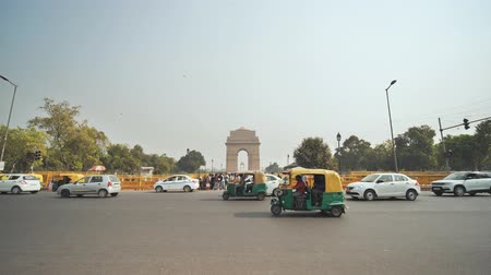 porta de entrada : New Delhi, India - November 28, 2018: City car traffic in the background of the India Gate