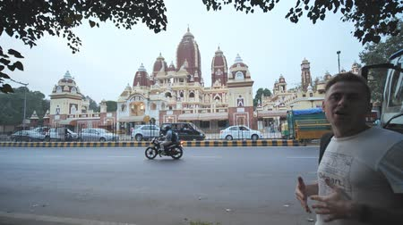 シバ神 : New Delhi, India - November 28, 2018: Russian guide talks about Laxmi Narayan temple.