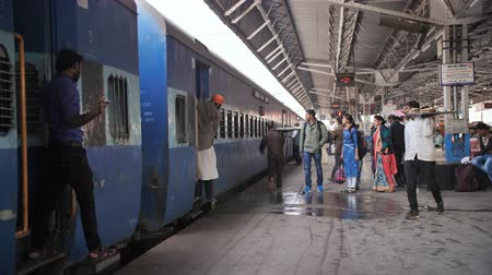 churn : Agra, India - December 12, 2018: The train arrives at the station. Fuss people on the platform. Stock Footage