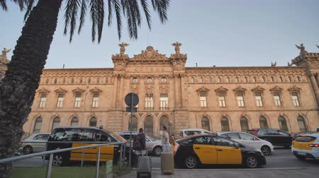barcellona : Barcelona, Spain - August 5, 2018: Aduana de Barcelona, old customs building designed by Sagnier i Villavecchia, 1902 in neoclassical style at Port Vell. Late afternoon. Barcelona, Catalonia, Spain, Europe. Filmati Stock