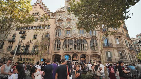 каталонский : Barcelona, Spain - August 5, 2018: Barcelona architecture. One of the houses of Gaudi. Стоковые видеозаписи