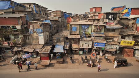 lavanderia : Mumbai, India - December 17, 2018: Dharavi slums in east Mumbai. Bandra District, Maharashtra, India. Stock Footage