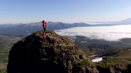 alpinista : woman on top of the mountain and falshfeer. Stock Footage
