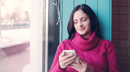 Beautiful young woman type message on mobile phone Dostupné videozáznamy