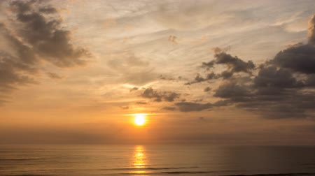 felhőzet : A time lapse of the sun rising over Atlantic Ocean as clouds race by Stock mozgókép