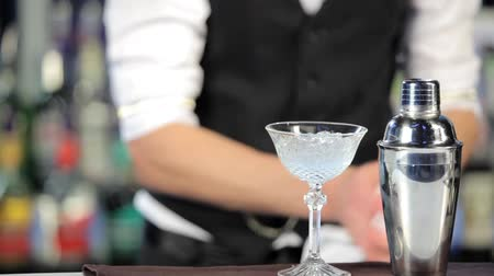 barista : Preparazione cocktail di Night club Filmati Stock