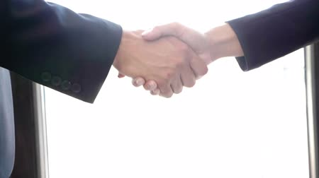 рукопожатие : Close up Slow motion of hand shaking between a businessman and businesswoman. Successful deal