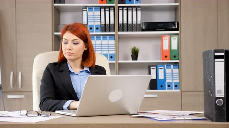 продавщица : Businesswoman working on the laptop in her modern office. Dolly shot footage
