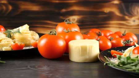 tomates cereja : Focus tracking on tasty italian traditional tagliatelle pasta on wooden background