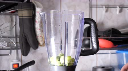 ovoce a zelenina : Hands pouring apple pieces in blender for smoothie Dostupné videozáznamy