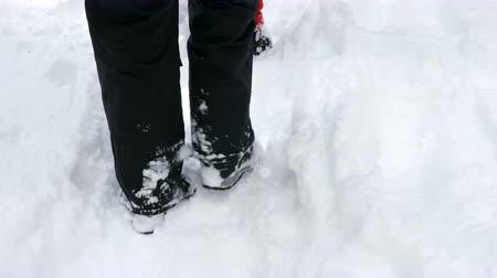замораживать : Persons feet walking in deep snow in the mountains