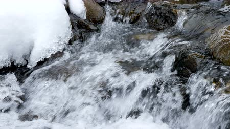 tampado : Close up of water falling in winter mountains. Travel Vídeos
