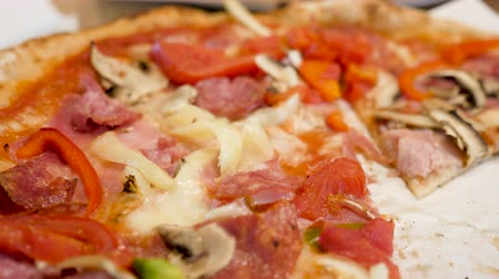 franczyza : Close up of pizza slices on a plate