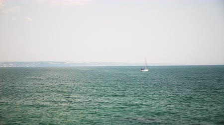 yat yarışı : Small boat in the sea with tourist in it. Happy vacation and holidays