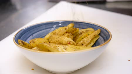 batatas fritas : Seasoning fried potatoes in a plate in restaurant. Close up footage