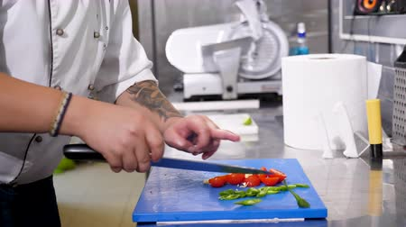 peper : Cook cutting garlic and other vegetables in restaurant kitchen Stock Footage
