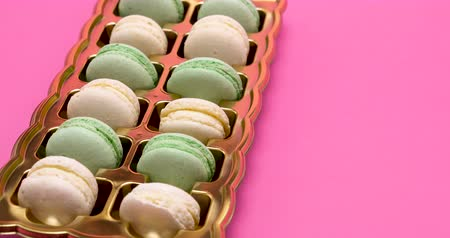 macarons : Close up on sweet macaroons on pink background. Delicious desserts