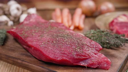 チャンク : Revealing a piece of raw beef ready to be grilled. Well seasoned raw beef chunk.