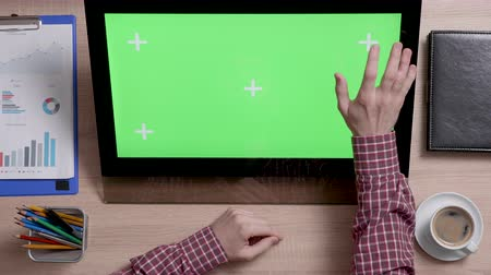 narożnik : Mans hands touch the top right corner of a green screen on touch monitor. Business and finance office concept. Chroma Key. Wideo