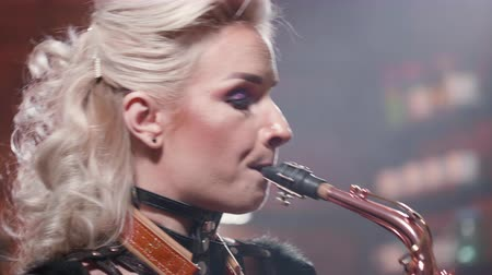 saxofonist : Close-up shot of a female saxophonist performing a song