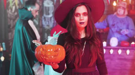vytesaný : Young beautiful woman in black witch costume at a halloween party