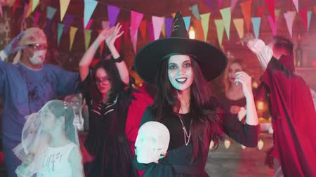 disfarçar : Young woman with a beautiful smile dances disguised as a witch at a halloween party Vídeos
