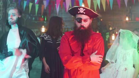 haak : Portrait of a handsome bearded man in pirate costume at a halloween party Stockvideo