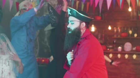 disfarçar : Handsome man dressed as a pirate is dancing at a halloween party
