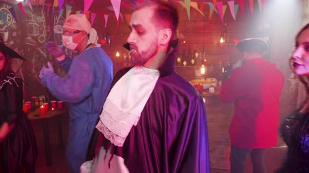disfarçar : Friends disguised as vampires, witches, crazy doctor and pirate dancing at a halloween party Vídeos