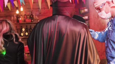 vampiro : Group of friend having lots of fun dressed as evil character at a halloween party in a local pub