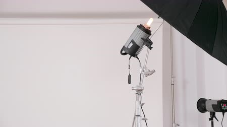 reflektör : Close up of professional lighting equipment before a fashion photoshoot