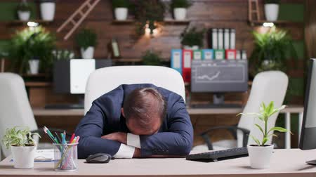 fáradt : Businessman sleeping with his head on the desk
