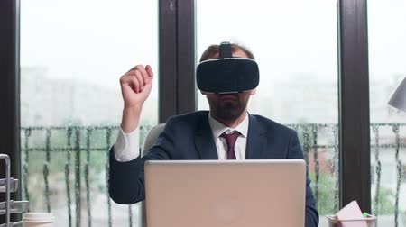 ориентация : Using virtual reality to study business trends. Modern office with big windows