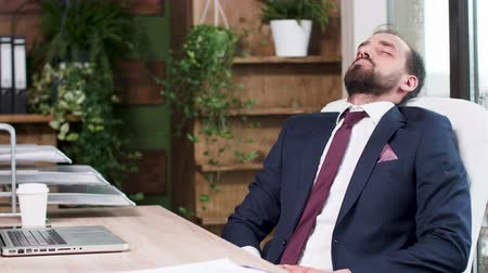 tablo : Man in business suit fell asleep at his desk. Modern office environment