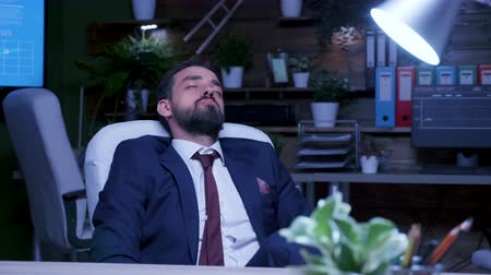 yoğunlaşma : Businessman snoring late at night in the office. Blue moon light. Slow motion shot Stok Video