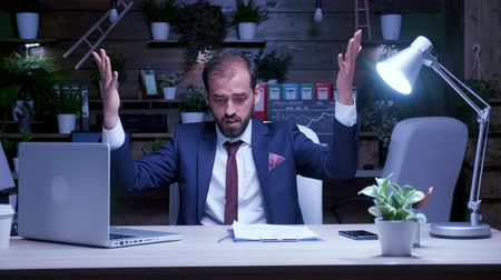tezgâhtar : Exhausted businessman working late at night at the office. Slow motion shot