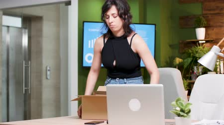 clareira : Woman is getting fired from the job. She leaves the office very nervous Vídeos