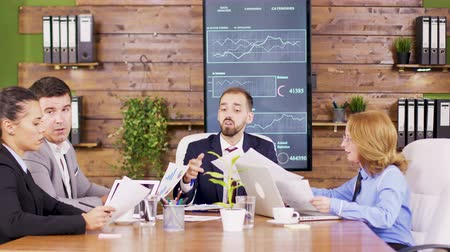 yönetim kurulu : Corporate business meeting in modern meeting room with a vertical TV in the background Stok Video