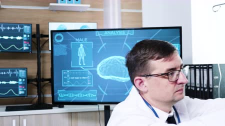 consciência : Doctor in neurology science preparing patient for brain scan. Patient wearing brainwaves scanning headset.