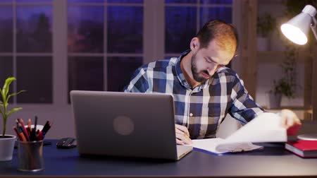 imzalama : Bearded entrepreneur reading and signing documents during night hours in home office. Stok Video