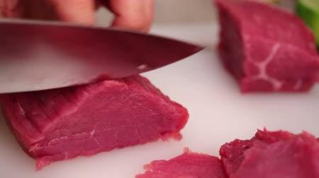 éles : HD 1080 static: chef chopping beef steak onto thin slices using sharp knife; close up;
