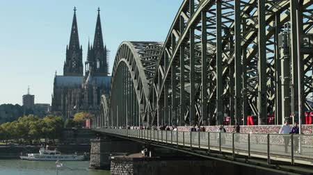 kolínská voda : People and trains crossing Rhine river - Cologne, Germany Dostupné videozáznamy