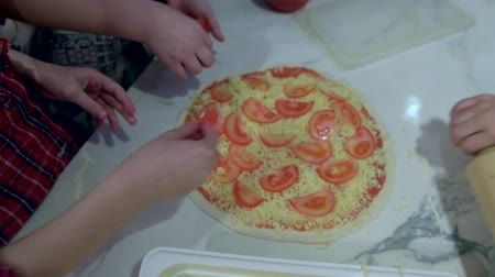 cogumelos : Hand spread on pizza crust sliced tomatoes