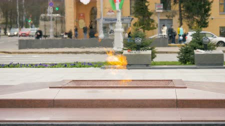 façanha : Eternal flame on the Victory Square in Minsk, Belarus - slowmotion 60 fps