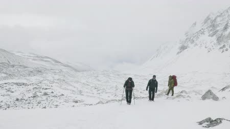 LARKE PASS, NEPAL - MARCH, 2018: Backpackers walks slowly in Manaslu circuit trek area on 5100 meters altitude. Stock Footage